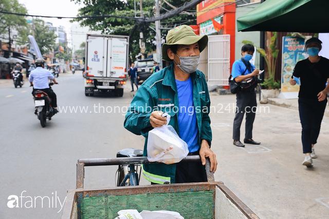 Xúc động với khoảnh khắc cụ ông rơi nước mắt khi nhận phần cơm miễn phí từ ca sĩ Sỹ Luân và hàng cơm di động đầu tiên tại Sài Gòn - Ảnh 22.