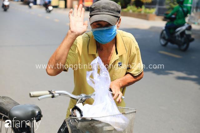 Xúc động với khoảnh khắc cụ ông rơi nước mắt khi nhận phần cơm miễn phí từ ca sĩ Sỹ Luân và hàng cơm di động đầu tiên tại Sài Gòn - Ảnh 24.