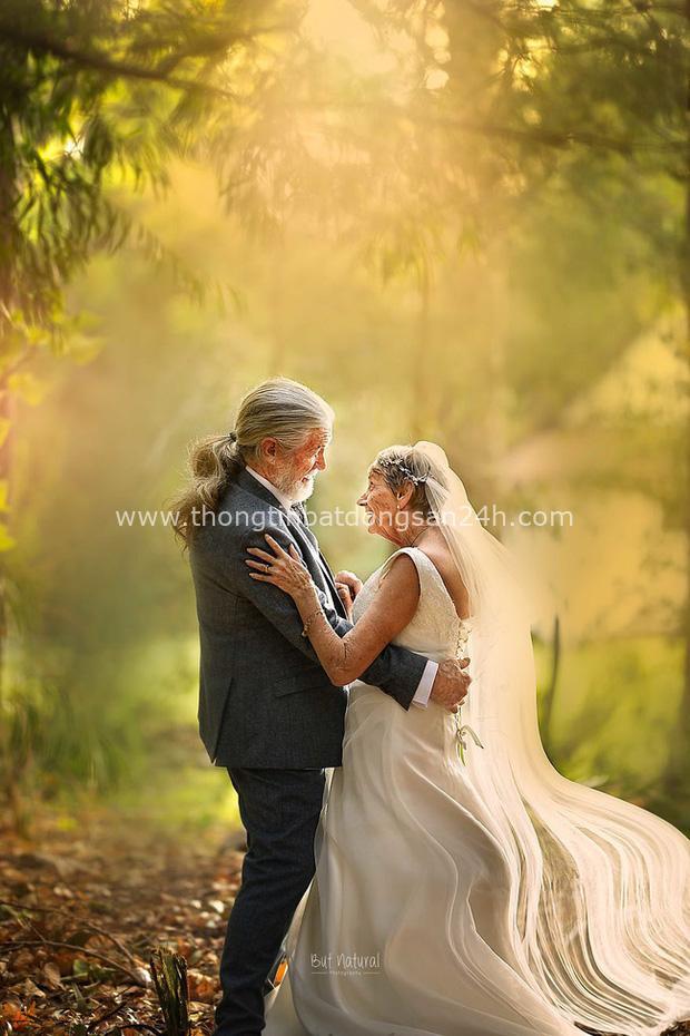 Bộ ảnh cưới độc đáo khiến lớp trẻ phải chạy dài mới kịp của cặp vợ chồng đã đi qua mọi bão giông cuộc đời - Ảnh 1.