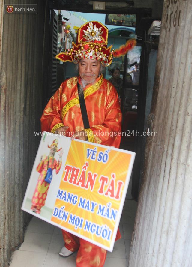 Chuyện ông thần tài đi khắp Sài Gòn để bán vé số may mắn: Có người nói tôi việc nhà không xong mà bày đặt đi giúp người nghèo - Ảnh 4.