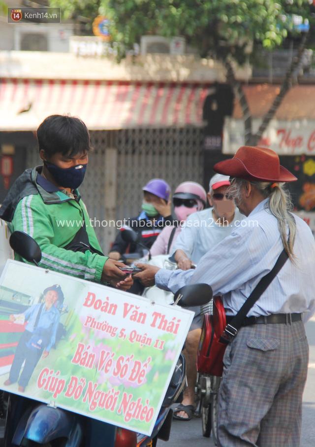 Chuyện ông thần tài đi khắp Sài Gòn để bán vé số may mắn: Có người nói tôi việc nhà không xong mà bày đặt đi giúp người nghèo - Ảnh 8.