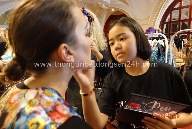 Con nhà người ta: YouTuber người Thái 12 tuổi tự mua BMW 7-Series làm quà sinh nhật, 11 tuổi được lựa chọn là nghệ sĩ trang điểm tại London Fashion Week - Ảnh 5.