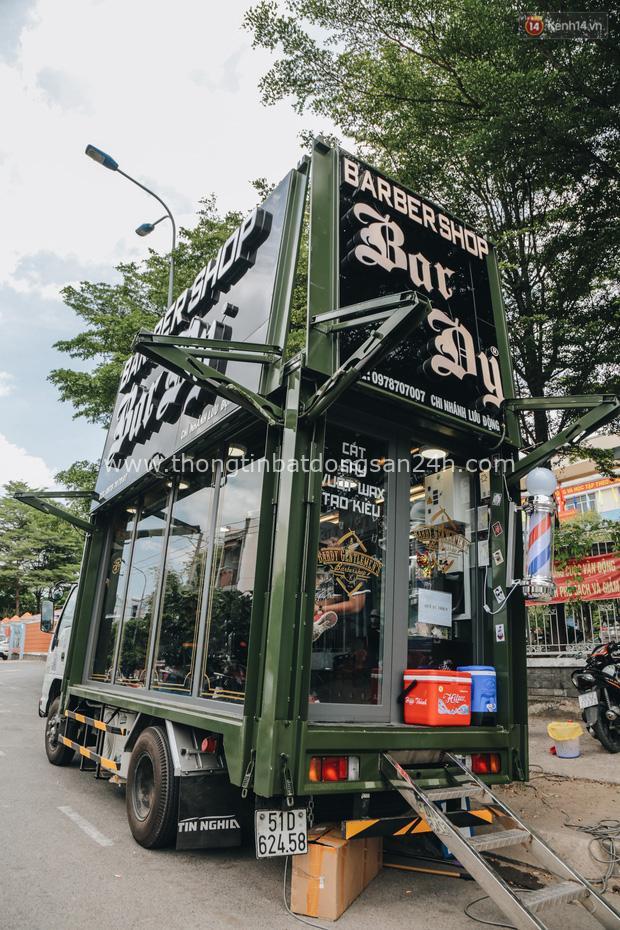 Độc đáo xe cắt tóc lưu động tiền tỷ ở Sài Gòn, khách chỉ cần trả phí bằng... nụ cười tươi - Ảnh 3.