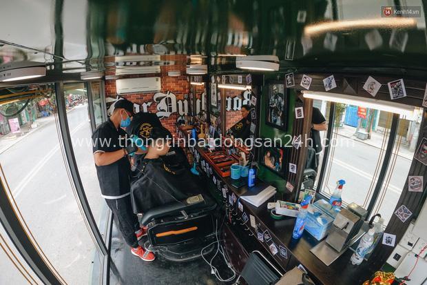 Độc đáo xe cắt tóc lưu động tiền tỷ ở Sài Gòn, khách chỉ cần trả phí bằng... nụ cười tươi - Ảnh 8.