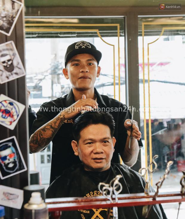 Độc đáo xe cắt tóc lưu động tiền tỷ ở Sài Gòn, khách chỉ cần trả phí bằng... nụ cười tươi - Ảnh 11.