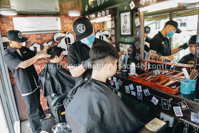 Độc đáo xe cắt tóc lưu động tiền tỷ ở Sài Gòn, khách chỉ cần trả phí bằng... nụ cười tươi - Ảnh 12.