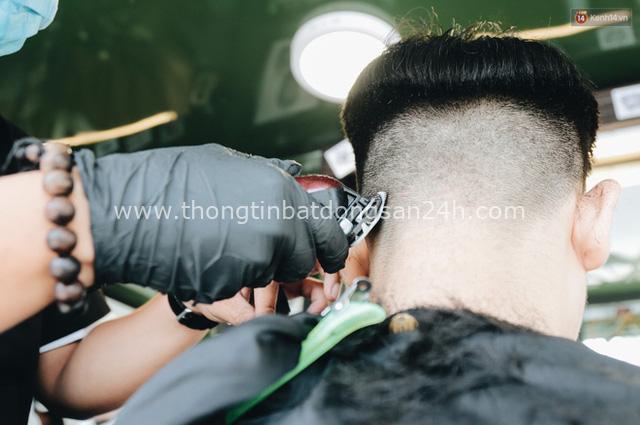 Độc đáo xe cắt tóc lưu động tiền tỷ ở Sài Gòn, khách chỉ cần trả phí bằng... nụ cười tươi - Ảnh 14.