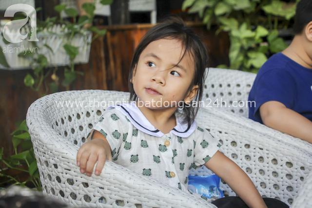 Hình ảnh mới nhất của em bé Mường Lát: Đã rất lớn và xinh xắn, chẳng thể nhận ra cô bé liệt 2 chân ngồi bên suối ngày nào - Ảnh 4.
