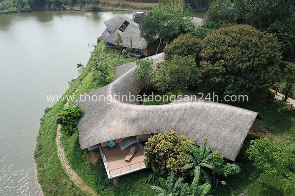Ngôi nhà độc đáo bằng gạch đất, mái vọt ven sông dành tặng mẹ 4
