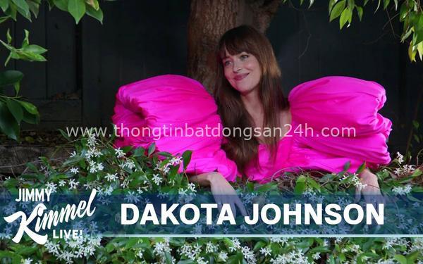 Ngọt ngào nữ tính, Dakota Johnson đầy sức hút trong mẫu thiết kế của Công Trí 1