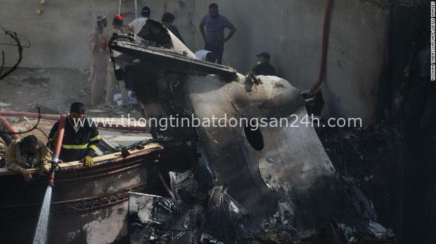 Tiết lộ nội dung cuộc gọi cuối cùng của phi công trước khi máy bay Pakistan chở hơn 100 người lao xuống khu dân cư - Ảnh 2.