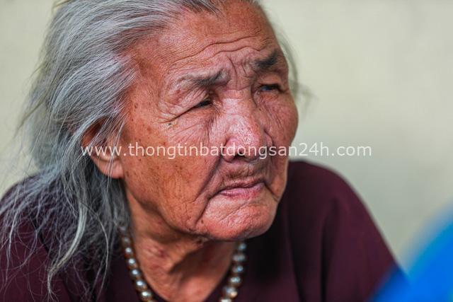 5 thập kỷ gắn bó với vỉa hè Hà Nội của bà cụ 80 tuổi: Chẳng sợ bom rơi thì giờ ngại gì nắng mưa - Ảnh 2.