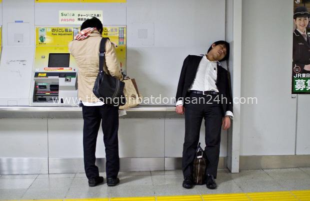 Bộ ảnh đáng sợ về cuộc sống của dân công sở Nhật: Say xỉn là nghĩa vụ, làm việc như máy và thờ ơ với tình dục - Ảnh 2.