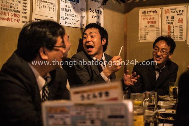 Bộ ảnh đáng sợ về cuộc sống của dân công sở Nhật: Say xỉn là nghĩa vụ, làm việc như máy và thờ ơ với tình dục - Ảnh 9.