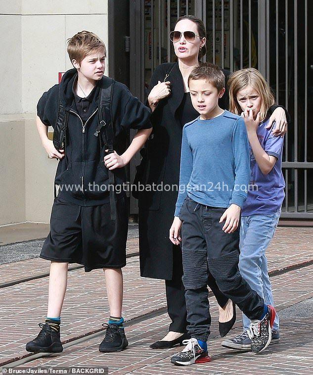 Câu chuyện về cô con gái ruột nhà Angelina Jolie và Brad Pitt: Sinh ra dưới ánh hào quang của cha mẹ nổi tiếng cho tới biểu tượng của cộng đồng LGBT - Ảnh 15.