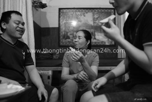Chuyện của cô Lụa ô sin: Con cái phụng dưỡng đủ đầy vẫn đến Hà Nội để làm bàn tay và đôi mắt cho những người khiếm thị - Ảnh 1.