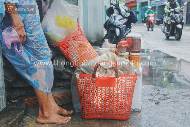 Cụ bà ngồi co ro giữa cơn mưa Sài Gòn để bán từng hủ mắm mưu sinh: Con nó hết thương ngoại rồi, giờ sống được ngày nào hay ngày đó - Ảnh 2.