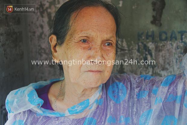 Cụ bà ngồi co ro giữa cơn mưa Sài Gòn để bán từng hủ mắm mưu sinh: Con nó hết thương ngoại rồi, giờ sống được ngày nào hay ngày đó - Ảnh 4.