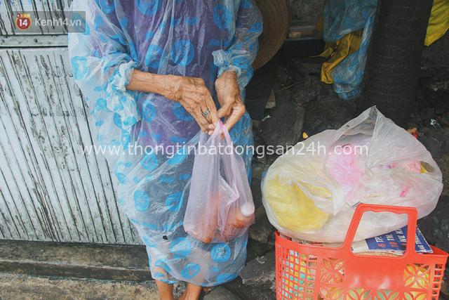 Cụ bà ngồi co ro giữa cơn mưa Sài Gòn để bán từng hủ mắm mưu sinh: Con nó hết thương ngoại rồi, giờ sống được ngày nào hay ngày đó - Ảnh 6.