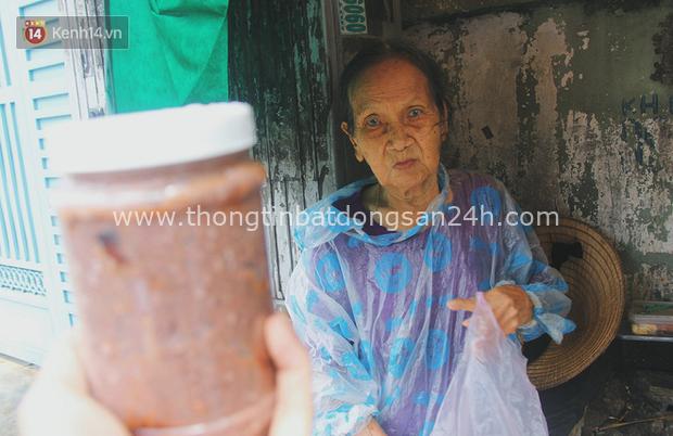Cụ bà ngồi co ro giữa cơn mưa Sài Gòn để bán từng hủ mắm mưu sinh: Con nó hết thương ngoại rồi, giờ sống được ngày nào hay ngày đó - Ảnh 7.