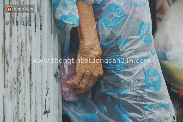 Cụ bà ngồi co ro giữa cơn mưa Sài Gòn để bán từng hủ mắm mưu sinh: Con nó hết thương ngoại rồi, giờ sống được ngày nào hay ngày đó - Ảnh 13.