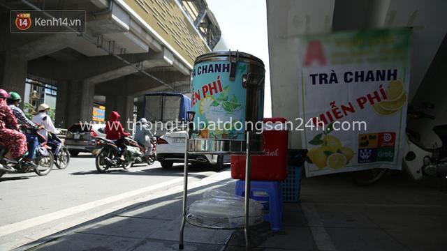 Hà Nội: Giữa nắng nóng kinh hoàng, có 1 quán trà chanh với khăn lạnh miễn phí giúp người lao động nghèo giải nhiệt sau giờ lao động vất vả - Ảnh 2.