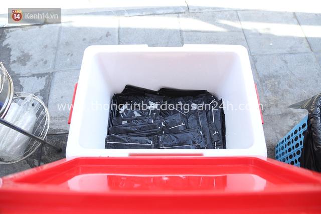 Hà Nội: Giữa nắng nóng kinh hoàng, có 1 quán trà chanh với khăn lạnh miễn phí giúp người lao động nghèo giải nhiệt sau giờ lao động vất vả - Ảnh 3.