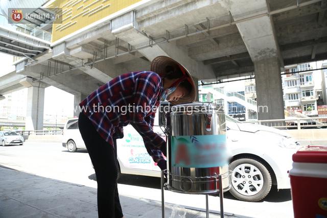 Hà Nội: Giữa nắng nóng kinh hoàng, có 1 quán trà chanh với khăn lạnh miễn phí giúp người lao động nghèo giải nhiệt sau giờ lao động vất vả - Ảnh 7.