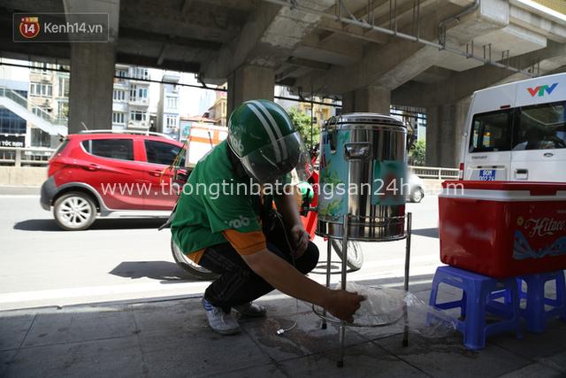 Hà Nội: Giữa nắng nóng kinh hoàng, có 1 quán trà chanh với khăn lạnh miễn phí giúp người lao động nghèo giải nhiệt sau giờ lao động vất vả - Ảnh 11.