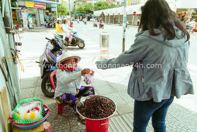 Hàng ốc xào kỳ lạ nhất Sài Gòn chỉ bán 1 món suốt 2 đời, giá tận 120k/lon ốc toàn nhà giàu hay giới sành ăn mới dám mua ship thẳng luôn sang Mỹ - Ảnh 20.