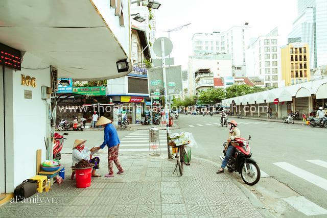 Hàng ốc xào kỳ lạ nhất Sài Gòn chỉ bán 1 món suốt 2 đời, giá tận 120k/lon ốc toàn nhà giàu hay giới sành ăn mới dám mua ship thẳng luôn sang Mỹ - Ảnh 22.