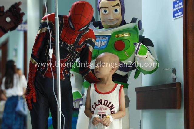 Món quà đặc biệt dịp 1/6 của biệt đội Siêu anh hùng không giải cứu thế giới dành cho bệnh nhi ung thư và chạy thận - Ảnh 2.