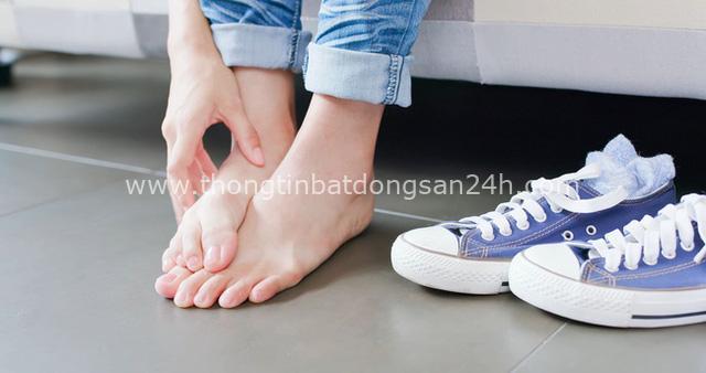 Móng chân chuyển màu đen có thể là nốt ruồi lành tính nhưng nhiều khi cũng là dấu hiệu của các bệnh, bao gồm cả ung thư - Ảnh 3.