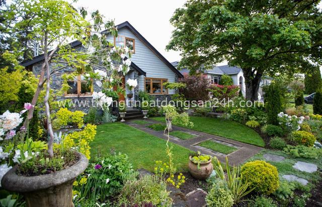 Ngôi nhà yên bình bên khoảng sân vườn xanh tươi với điểm nhấn đặc biệt này có thể hạ gục mọi ánh nhìn - Ảnh 1.