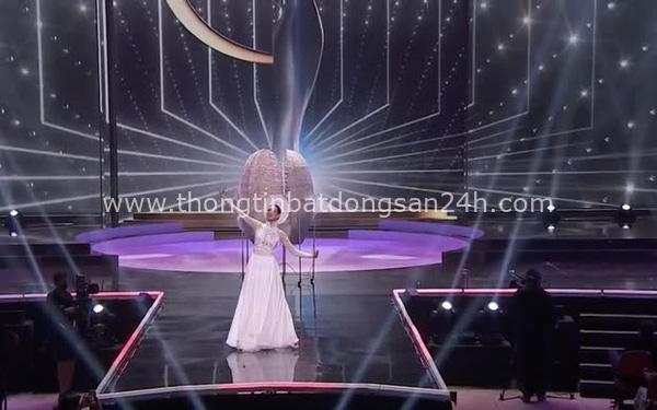 Khánh Vân bất ngờ gặp sự cố khi đang trình diễn Quốc phục ở với Miss Universe, pha xử lý đỉnh cao khiến ai cũng nức nở tự hào 1
