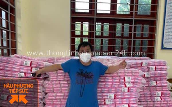 Không quản nắng nóng, người đàn ông Bắc Giang tiếp tế 10.000 gói băng vệ sinh cho chị em trong khu cách ly 3